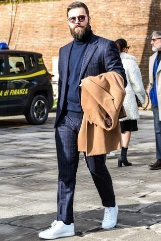 Come indossare e abbinare un dolcevita blu scuro: Mostra il tuo stile in un dolcevita blu scuro con un soprabito marrone chiaro per un drink dopo il lavoro. Per un look più rilassato, mettiti un paio di sneakers basse bianche.
