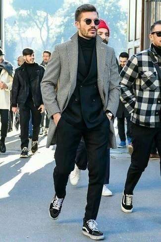 Trend da uomo 2020: Combina un soprabito con motivo pied de poule bianco e nero con un abito nero per un look elegante e di classe. Prova con un paio di sneakers alte di tela nere e bianche per avere un aspetto più rilassato.