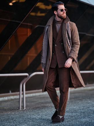 Come indossare e abbinare mocassini eleganti in pelle scamosciata marrone scuro quando fa gelo: Scegli un soprabito marrone e un abito di velluto a coste marrone per essere sofisticato e di classe. Per distinguerti dagli altri, opta per un paio di mocassini eleganti in pelle scamosciata marrone scuro.