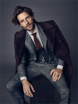 Trend da uomo: Vestiti con un soprabito melanzana scuro e un abito scozzese grigio come un vero gentiluomo.