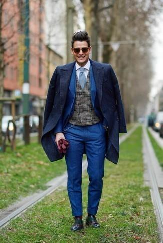 Come indossare e abbinare un gilet scozzese grigio scuro: Abbina un gilet scozzese grigio scuro con un soprabito blu scuro come un vero gentiluomo. Scarpe oxford in pelle multicolori sono una interessante scelta per completare il look.
