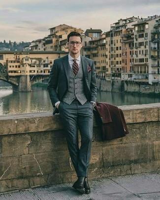 Trend da uomo 2020 quando fa freddo: Scegli un soprabito marrone scuro e un abito grigio per un look elegante e alla moda. Scegli un paio di stivali chelsea in pelle neri per un tocco più rilassato.