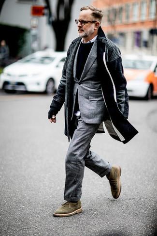 Trend da uomo in modo smart-casual: Prova ad abbinare un soprabito con motivo pied de poule grigio scuro con un abito scozzese grigio come un vero gentiluomo. Indossa un paio di chukka in pelle scamosciata verde oliva per avere un aspetto più rilassato.
