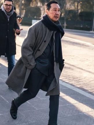 Moda uomo anni 50: Vestiti con un soprabito a quadri grigio per una silhouette classica e raffinata Scarpe derby in pelle nere daranno lucentezza a un look discreto.