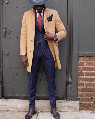 Come indossare e abbinare: soprabito marrone chiaro, abito a righe verticali blu scuro, scarpe oxford in pelle marrone scuro, borsalino di lana grigio scuro