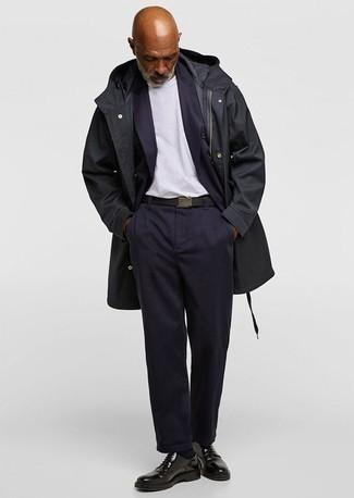 Trend da uomo 2020: Potresti indossare un soprabito nero e un abito blu scuro come un vero gentiluomo. Scegli un paio di scarpe derby in pelle nere per un tocco più rilassato.