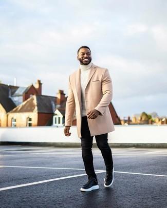 Trend da uomo 2020: Indossa un soprabito beige e jeans aderenti neri per un pranzo domenicale con gli amici. Scegli un paio di sneakers basse in pelle nere e bianche come calzature per un tocco più rilassato.