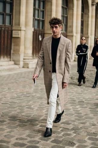 Trend da uomo in modo smart-casual: Prova ad abbinare un soprabito scozzese beige con jeans bianchi per un drink dopo il lavoro. Sfodera il gusto per le calzature di lusso e scegli un paio di stivali chelsea in pelle neri.