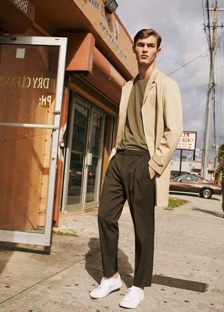Come indossare e abbinare: soprabito beige, t-shirt girocollo verde oliva, chino marrone scuro, sneakers basse bianche