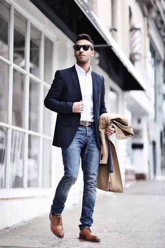 Come indossare e abbinare: soprabito marrone chiaro, blazer blu scuro, camicia a maniche lunghe bianca, jeans blu