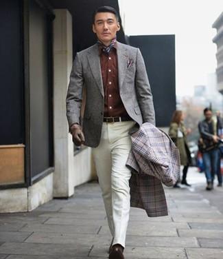 Come indossare: soprabito scozzese grigio, blazer di lana grigio, camicia di jeans marrone, pantaloni eleganti bianchi