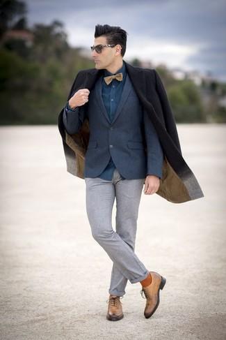 Come indossare e abbinare: soprabito nero, blazer di lana blu scuro, camicia elegante foglia di tè, pantaloni eleganti di lana grigi