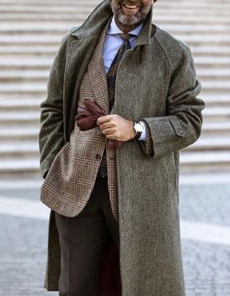 Come indossare e abbinare: soprabito a spina di pesce grigio, blazer di lana scozzese marrone, camicia elegante bianca, pantaloni eleganti di lana marrone scuro