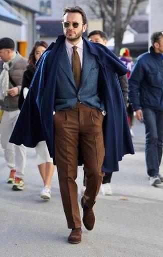 Come indossare e abbinare: soprabito blu scuro, blazer di lana blu scuro, camicia elegante bianca, pantaloni eleganti marroni
