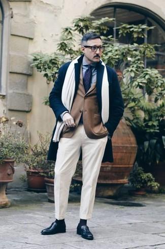 Come indossare e abbinare pantaloni eleganti bianchi: Indossa un soprabito blu scuro e pantaloni eleganti bianchi come un vero gentiluomo. Non vuoi calcare troppo la mano con le scarpe? Calza un paio di mocassini con nappine in pelle neri per la giornata.