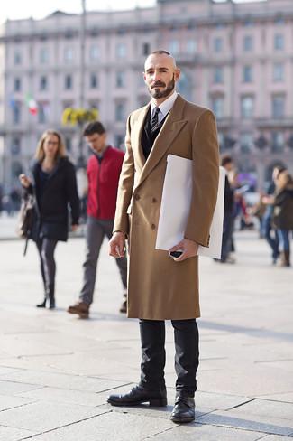 Come indossare e abbinare stivali casual in pelle neri: Scegli un soprabito marrone chiaro e jeans neri per un look davvero alla moda. Stivali casual in pelle neri sono una valida scelta per completare il look.