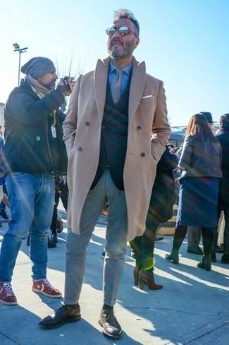 Trend da uomo 2020 quando fa gelo: Scegli un soprabito marrone chiaro e chino grigi per creare un look smart casual. Un bel paio di scarpe brogue in pelle marrone scuro è un modo semplice di impreziosire il tuo look.