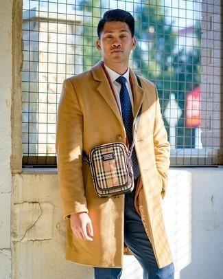 Come indossare e abbinare una borsa a tracolla di tela marrone chiaro: Potresti abbinare un soprabito marrone chiaro con una borsa a tracolla di tela marrone chiaro per un look perfetto per il weekend.