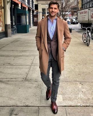 Come indossare e abbinare un soprabito marrone chiaro: Indossa un soprabito marrone chiaro con pantaloni eleganti grigio scuro come un vero gentiluomo. Scarpe oxford in pelle bordeaux sono una interessante scelta per completare il look.