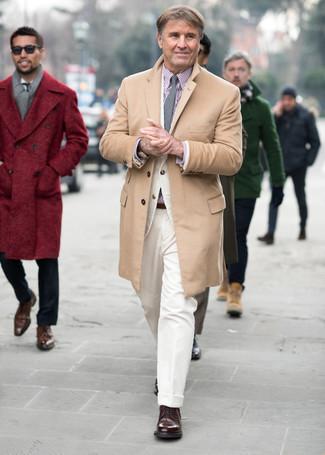 Come indossare e abbinare un soprabito marrone chiaro: Punta su un soprabito marrone chiaro e pantaloni eleganti di velluto a coste bianchi per un look elegante e alla moda. Per un look più rilassato, indossa un paio di scarpe derby in pelle marrone scuro.