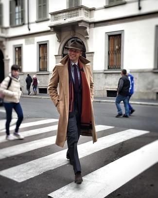 Trend da uomo 2020 in inverno 2021: Abbina un soprabito marrone chiaro con pantaloni eleganti grigio scuro per essere sofisticato e di classe. Per distinguerti dagli altri, indossa un paio di stivali chelsea in pelle scamosciata marrone scuro. È magnifica idea per per vestirsi alla moda durante la stagione invernale!
