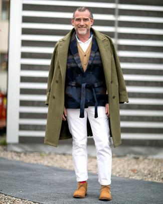 Come indossare e abbinare: soprabito verde oliva, blazer di lana stampato blu scuro, cardigan marrone chiaro, polo bianco