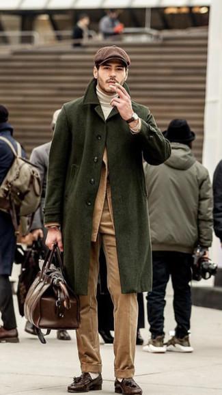 Come indossare e abbinare: soprabito verde oliva, blazer di velluto a coste marrone chiaro, dolcevita bianco, pantaloni eleganti di velluto a coste marrone chiaro