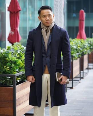 Come indossare e abbinare: soprabito blu scuro, blazer di lana blu scuro, dolcevita marrone chiaro, pantaloni eleganti bianchi