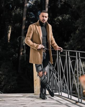 Come indossare e abbinare: soprabito marrone chiaro, blazer marrone chiaro, dolcevita nero, jeans strappati grigio scuro