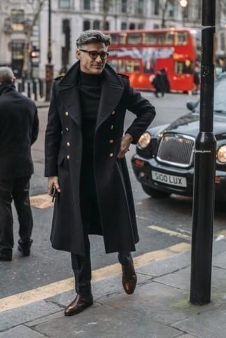Come indossare e abbinare pantaloni eleganti neri: Potresti indossare un soprabito nero e pantaloni eleganti neri come un vero gentiluomo. Per un look più rilassato, scegli un paio di stivali chelsea in pelle marrone scuro.