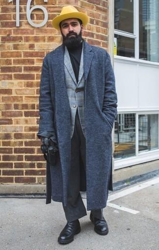 Come indossare e abbinare pantaloni eleganti grigio scuro: Potresti indossare un soprabito blu scuro e pantaloni eleganti grigio scuro per essere sofisticato e di classe. Per un look più rilassato, indossa un paio di stivali chelsea in pelle neri.