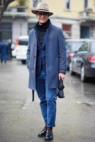 Come indossare e abbinare un borsalino di lana beige: Per un outfit della massima comodità, abbina un soprabito blu con un borsalino di lana beige. Abbellisci questo completo con un paio di scarpe derby in pelle nere.