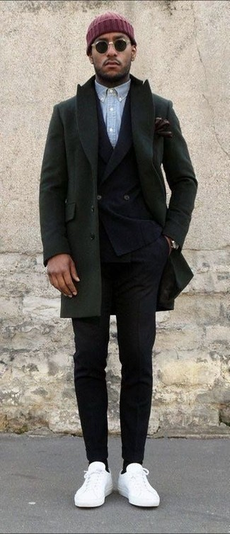 Come indossare e abbinare: soprabito verde oliva, blazer doppiopetto di lana nero, camicia a maniche lunghe in chambray azzurra, pantaloni eleganti di lana neri
