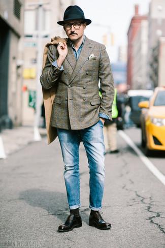 Come indossare e abbinare una camicia di jeans blu: Abbina una camicia di jeans blu con jeans blu per vestirti casual. Un bel paio di scarpe oxford in pelle marrone scuro è un modo semplice di impreziosire il tuo look.