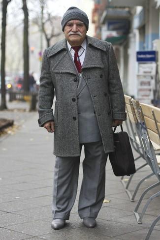 Come indossare e abbinare: soprabito a spina di pesce grigio, blazer doppiopetto scozzese grigio, camicia elegante bianca, pantaloni eleganti grigi