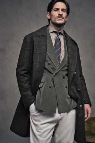 Come indossare e abbinare: soprabito scozzese nero, blazer doppiopetto di velluto a coste verde oliva, camicia elegante marrone chiaro, jeans di velluto a coste beige