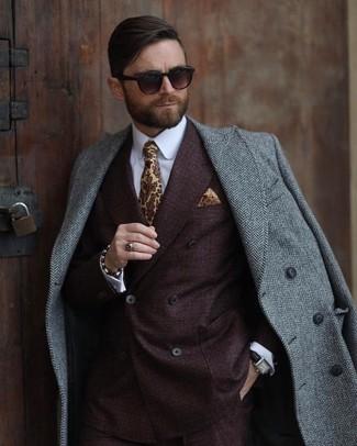 Come indossare e abbinare: soprabito a spina di pesce grigio, blazer doppiopetto marrone scuro, camicia elegante bianca, cravatta stampata gialla