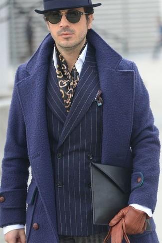 Come indossare e abbinare: soprabito blu scuro, blazer doppiopetto di lana a righe verticali blu scuro, camicia elegante bianca, pantaloni eleganti di lana a quadri marrone scuro