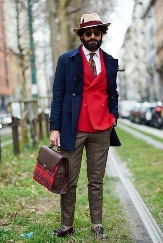 Come indossare e abbinare un borsalino di lana beige: Mostra il tuo stile in un soprabito blu scuro con un borsalino di lana beige per una sensazione di semplicità e spensieratezza. Opta per un paio di mocassini con nappine in pelle marrone scuro per mettere in mostra il tuo gusto per le scarpe di alta moda.