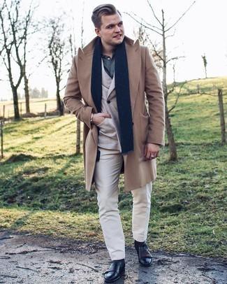 Trend da uomo 2021 in inverno 2022: Scegli un soprabito marrone chiaro e pantaloni eleganti bianchi per essere sofisticato e di classe. Indossa un paio di stivali chelsea in pelle neri per avere un aspetto più rilassato. Ecco una fantastica scelta per creare uno splendido outfit invernale.