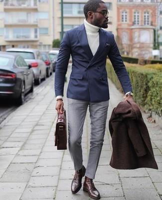 Come indossare: soprabito marrone scuro, blazer doppiopetto blu scuro, dolcevita lavorato a maglia bianco, pantaloni eleganti grigi