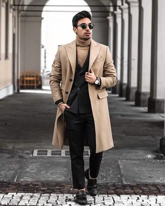 Come indossare e abbinare: soprabito marrone chiaro, blazer doppiopetto nero, dolcevita marrone chiaro, pantaloni eleganti neri