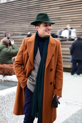 Come indossare e abbinare: soprabito terracotta, blazer doppiopetto scozzese marrone, dolcevita blu scuro, camicia a maniche lunghe a quadretti rossa e bianca