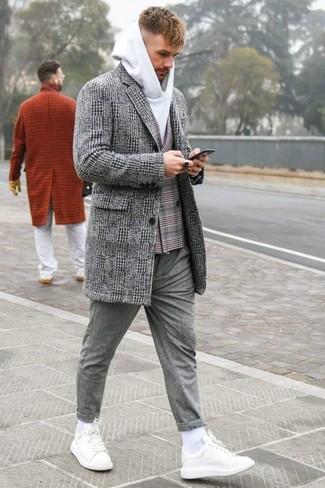 Come indossare e abbinare: soprabito scozzese grigio, blazer doppiopetto scozzese grigio, felpa con cappuccio bianca, chino di lana grigi