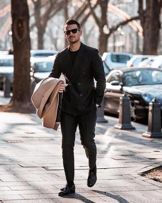 Come indossare e abbinare: soprabito marrone chiaro, blazer doppiopetto nero, t-shirt girocollo nera, pantaloni eleganti neri