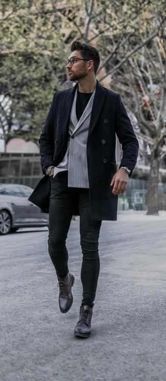 Come indossare e abbinare jeans aderenti neri: Potresti combinare un soprabito blu scuro con jeans aderenti neri per un look semplice, da indossare ogni giorno. Rifinisci il completo con un paio di stivali eleganti in pelle marrone scuro.