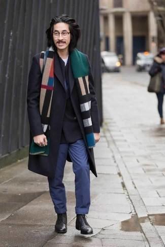 Come indossare e abbinare un blazer doppiopetto nero: Prova ad abbinare un blazer doppiopetto nero con chino blu per creare un look smart casual. Per un look più rilassato, scegli un paio di stivali casual in pelle neri come calzature.