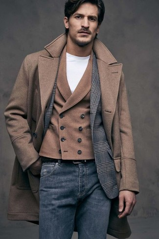 Come indossare e abbinare: soprabito marrone, blazer di lana scozzese grigio, gilet di lana marrone, t-shirt girocollo bianca
