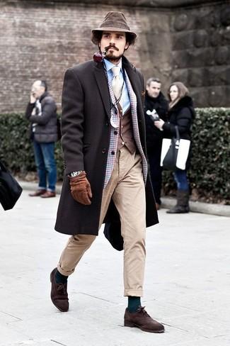 Come indossare e abbinare: soprabito marrone scuro, blazer di lana a quadri azzurro, gilet marrone scuro, camicia elegante azzurra