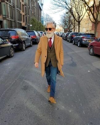 Trend da uomo quando fa gelo: Abbina un soprabito marrone chiaro con jeans blu per un abbigliamento elegante ma casual. Per distinguerti dagli altri, opta per un paio di chukka in pelle scamosciata marrone chiaro.